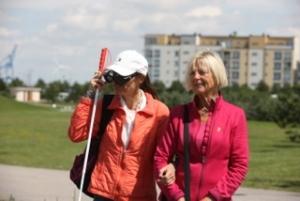 Bild på två kvinnor som promenerar