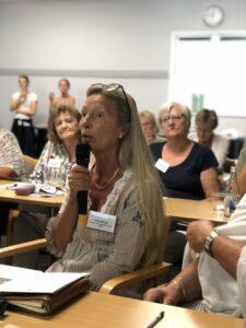 På bilden syns en av Funktionsrätt Skånes medlemsorganisationers deltagare. Personer har långt hår och talar med inlevelse i mikrofon.