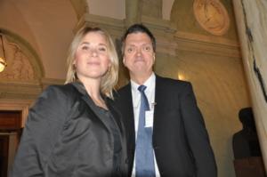På bilden syns Thilia från vänster och Thomas bredvid i en trappa på riksdagen