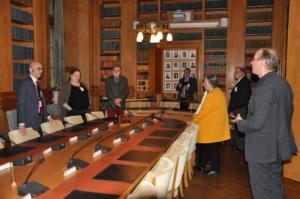 Styrelsen och Rikard Larsson i en kammare på raksdagen