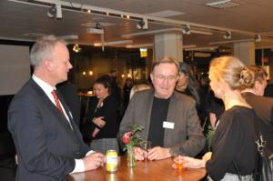 Professor Jan Gulliksen samtalar med en man och en kvinna runt ett ståbord på disputationsfesten
