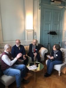 En grupp bestående av fyra medlemmar diskuterar tillsammans i en soffgrupp under workshopen.